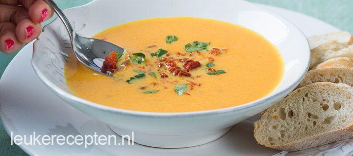 Deze zachte en zoete wortelsoep is heerlijk in combinatie met de iets zoute kruimels van Spaanse chorizo worst