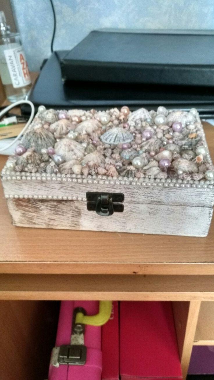 Caja decorada con conchas y abalorios. En proceso