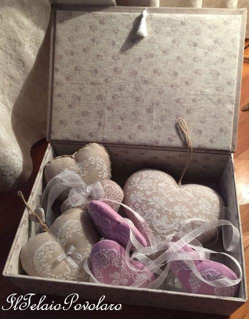 Una scatola ricamata piena di cuori... ricamati