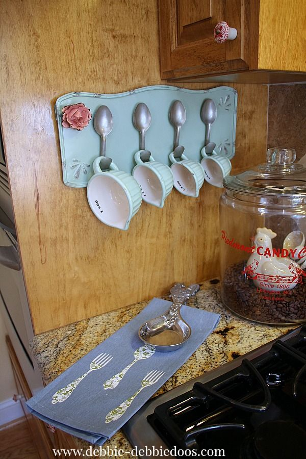 cracker barrel measuring cupsis ok..BUT its spoon holder I like. you can do this with forks too... too cute