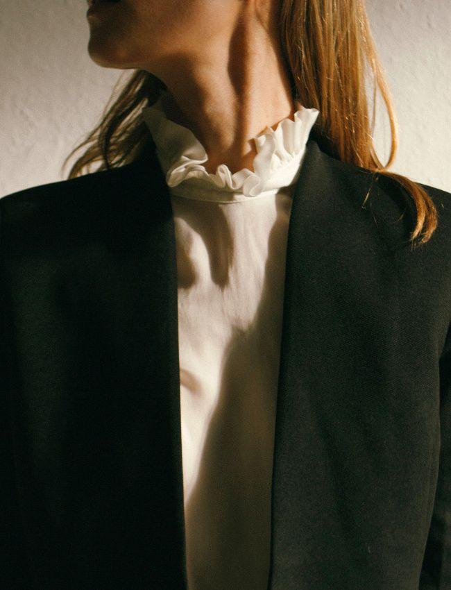 Cette saison, on pense à troquer nos chemises blanches contre une blouse à col volanté (photo The Dreslyn)