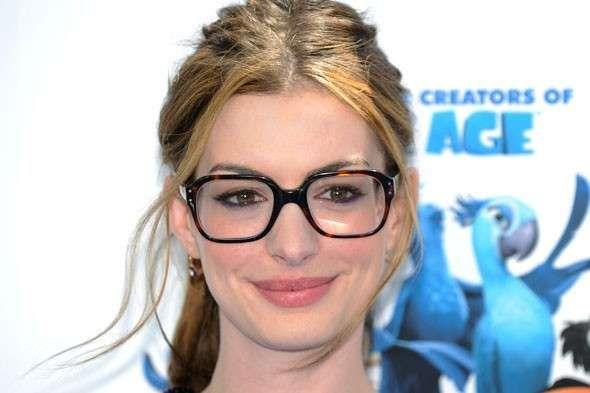 anne-hathaway-con-occhiali-quadrati-da-vista.jpg (590×393)
