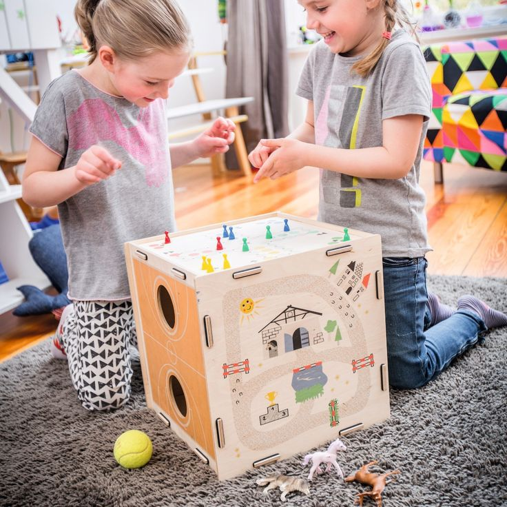 Mille giochi in uno e non solo; questo cubo per bambini ha un gioco diverso su ogni lato e può essere usato anche come sgabello o contenitore per giochi. Grande, colorato e versatile!