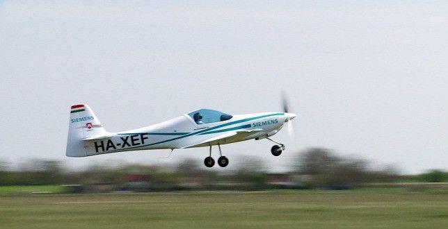 Az eredmény a világ első röpképes elektromos repülőgépe lett. Amikor mondom a kecskeméti állomáson a