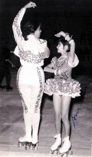 A Ana Maria e a Lurdes dançando num festival, uma dança espanhola. ........... Espero mais fotos das antigas patinadoras do Malhanga !!