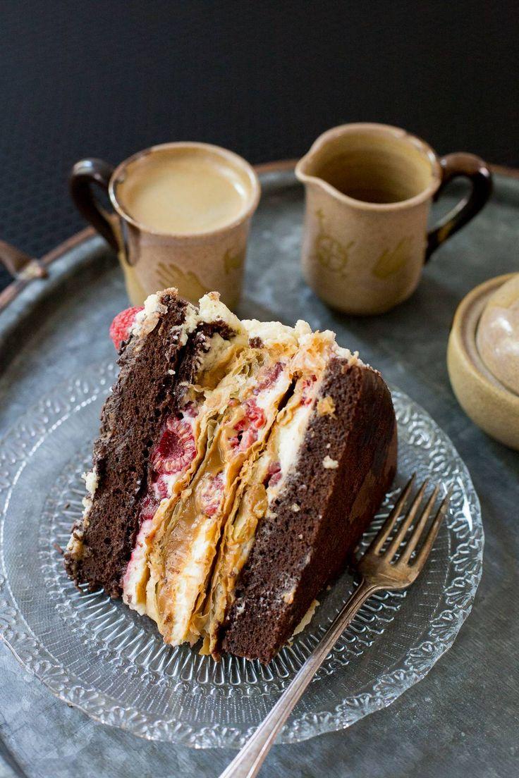 Torta mixta de chocolate, frambuesa y mil hojas. O Torta Sofía. O Torta Amor. Magnífica.