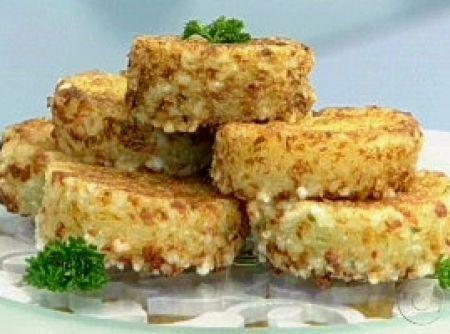 Receita de Bolinho de Tapioca - 500 g de tapioca granulada, 500 g de queijo coalho ralado, 1 pimenta dedo de moça picadinha, 2 colheres (sopa) de salsinha picada, 1 litro de leite quente misturado com 2 tabletes de caldo, de legumes, sal a gosto