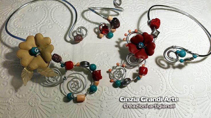 Collier e bracciali in alluminio con perle di corallo e turchese