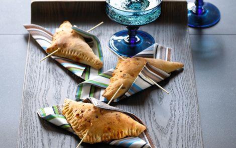 Lækre trekantede brød med fyld er perfekte til buffetbordet - både formiddag, eftermiddag og aften.