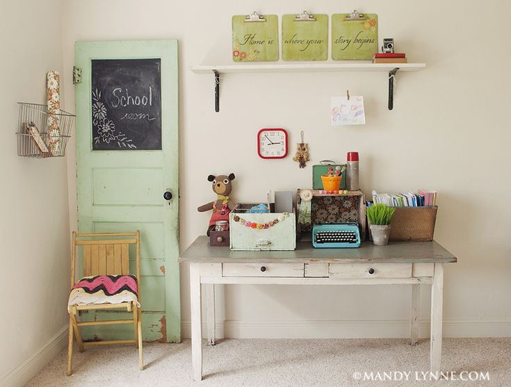 A sweet home school room!Sweets Home, Ideas, The Doors, Schools Room, Chalkboards Painting, Crafts Room, Kids Room, Chalk Boards, Old Doors