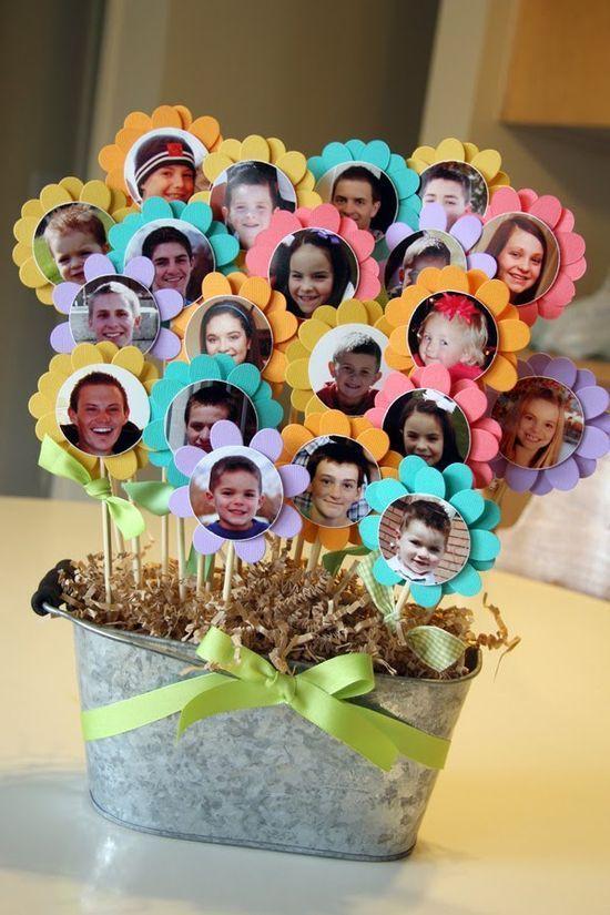 A legszebb virágok, azonban mi magunk vagyunk a számukra, az a család, akiket felneveltek. Készítsünk kis fotókat magunkról, vágjuk ki, ragasszuk fel színes kartonból kivágott virág formákra, amiket egy hurkapálcikára ragasztva beleszúrhatunk egy szép díszes kaspóba. Minél több a mosolygós virágocska, annál nagyobb lesz az öröm!