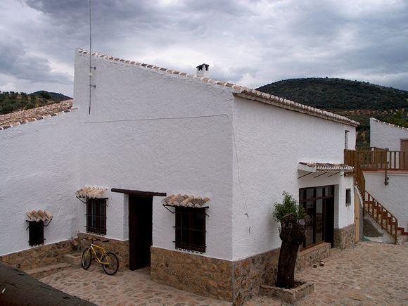 #GRANADA #Algarinejo.  #Casas_rurales_El_Molinillo. Antiguo molino totalmente restaurado que cuenta con 6 casas individuales, cada una con su propia cocina, cuarto de baño y con 1,2 y #cinco_dormitorios. Cuentan con jardines comunitarios, #piscina, zona de #barbacoa y #bar_restaurante. Rodeado de naturaleza en plena campiña andaluza. Cerca del #lago_Iznajar, #Montefrío, etc. y a unos 40 minutos de #Granada.