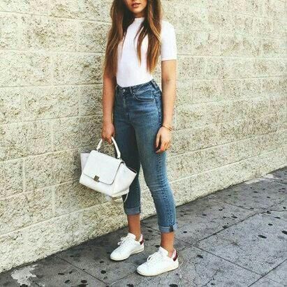 Casual.   Blusa blanca básica,jeans tiro alto y tennis blancos