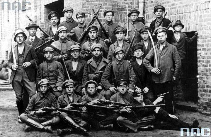 III Powstanie Śląskie - grupa powstańców. Fotografia ze zbiorów  Narodowego Archiwum Cyfrowego.