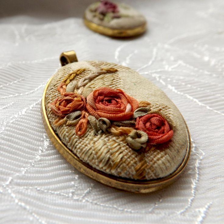 Silk ribbon embroidery pendant Přívěsek se stužkovou výšivkou vyšitou hedvábnými stužkami. Velikost lůžka je asi 5 x 4.5cm , velikost výšivky je 4 x 3cm. Mohu přidat i řetízek, cena je 25Kč za řetízek se zapínáním na karabinku.