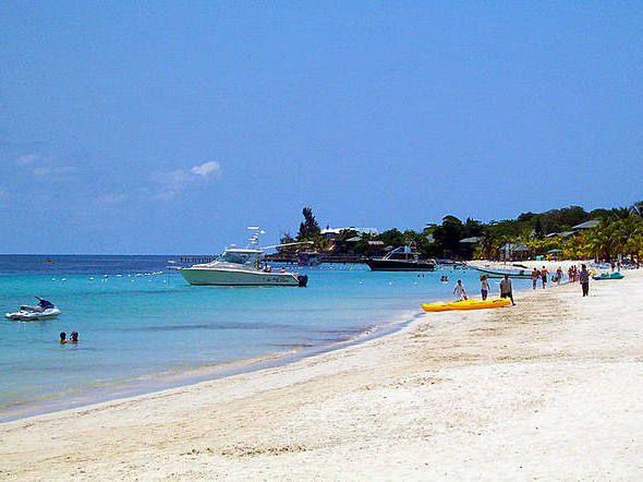 Praia de West Bay em Roatán, em Honduras.  Roatán ainda não no topo das listas dos apaixonados pelas praias das ilhas do Caribe, mas isso é só porque eles ainda não ouviram falar dela.  Os navios de cruzeiro só começaram a parar aqui em 2005. Implacável, mergulhadores vêm para Roatán para se encontrar com os recifes perfeitos localizados há poucos metros da costa.