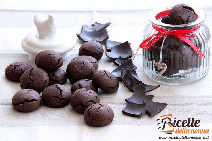 I biscotti al cioccolato Kinder sono degli ottimi biscotti per riciclare ad esempio un pò di uova di Kinder rimaste dalla Pasqua. Faranno la gioia di grandi e piccoli. Se avete anche del cioccolato fondente guardate quante ricette ci sono per riciclarlo velocemente.