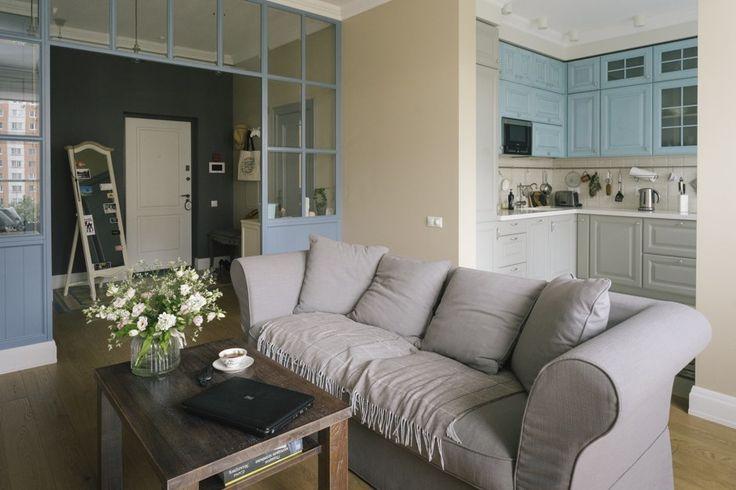 Английские обои, метлахская плитка, скандинавская кухня, американские светильники и мебель в стиле прованс
