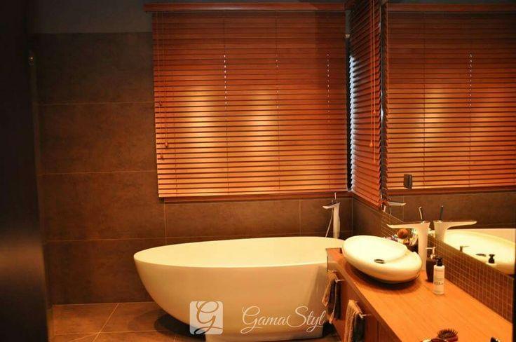 Żaluzje drewniane, drabinka sznurkowa w kolorze lameli, żaluzje drewniane w łazience http://www.gamastyl.pl/oferta/zaluzje-drewniane