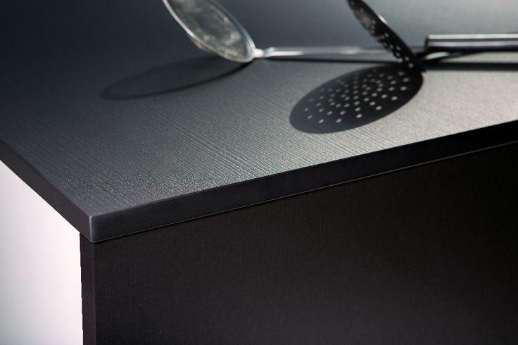 Natuursteen, massief hout, kwartscomposiet? De mogelijkheden in materialen voor je keukenwerkblad zijn eindeloos! Foto: www.cosentino-group.net (werkblad • keuken • kwarts • zwart)