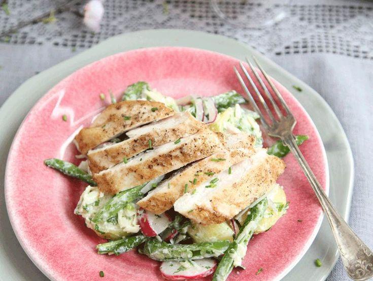 En fräsch rätt med potatissallad och grillad kyckling. Passar utmärkt som bufférätt på midsommar!