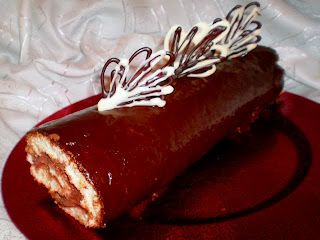 Reteta Rulada de ciocolata, Ingrediente Foaie 4 oua 4 lg zahar 4 lg faina esenta vanilie Crema un ou 100 gr zahar o lg apa 125 g unt 82% grasime sau margarina esenta rom 2 lg cacao Glazura 75 gr ciocolata 50 ml frisca o nuca de unt Preparare foaie Se separa albusurile de galbenusuri.
