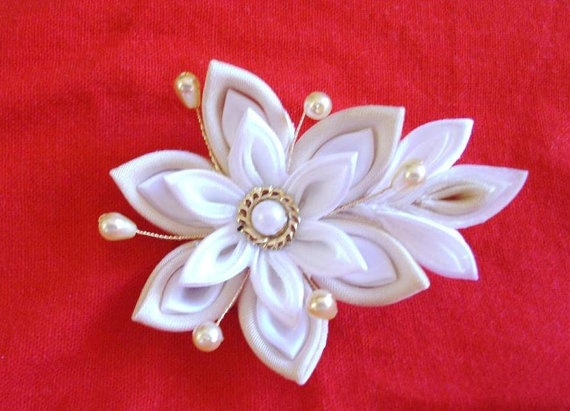 lovely beige and white kanzashi flower by olivesue on Etsy, €10.00