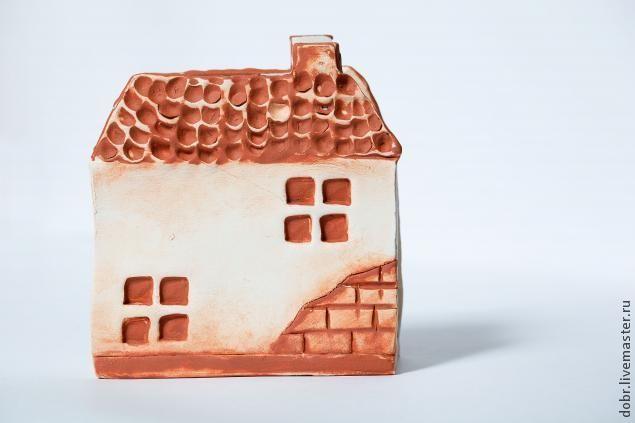 Для того, чтобы сделать такой домик, вам потребуются следующие материалы: - глина, - доска, - скалка, - бумага, - ножницы, - карандаш, - шликер (это та же глина, разведенная в воде до консистенции сметаны), - кисточка, - вода, - острая палочка, - ножик, - штампик. 1. Рисуем на бумаге домик с крышей и прямоугольник для дна салфетницы. Длинна дна будет р�%B