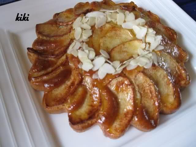 Recept voor een heerlijke appeltaart met yoghurt. Klop de suiker en eieren schuimig. Voeg de olie en yoghurt toe. Dan de bakpoeder vermengd met de bloem.