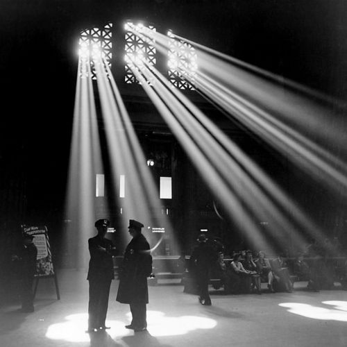 Jack Delano - In the waiting room of the Chicago Union Station, Illinois, 1943