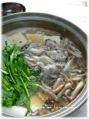 """「あったかほっこり""""牡蠣の土手鍋""""」海のミルク、ミネラルたっぷりの牡蠣の土手鍋、ぐつぐつ煮込んだあとは、〆にうどんを入れて、味噌煮込みうどんは格別に美味しいです。【楽天レシピ】"""