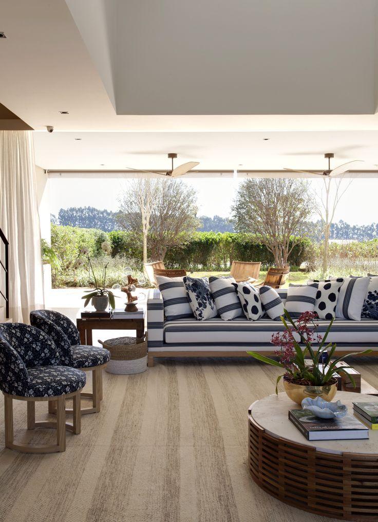 Projeto integrado com a bela paisagem, decorado por Marina Linhares. #poltrona #sofa #mesadecentro #almofada #azul