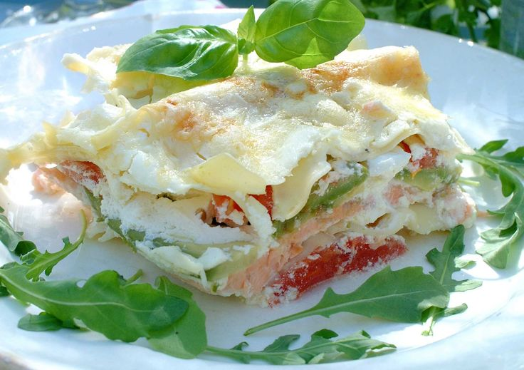 Oppskrift på en spennende og annerledes type lasagne med laks og deilig fetaostkrem. En sikker hit hos både voksne og barn.