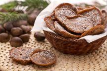 Frittelle di castagne (Ciacci) Le frittelle di castagne sono uno sfizioso dolce invernale molto semplice da preparare. L'ingrediente principale è la farina di castagne che viene insaporita con uvetta e pinoli. Una volta pronto, questo semplice impasto viene fritto; le frittelle ottenute vengono poi insaporite con una spolverata di zucchero a velo