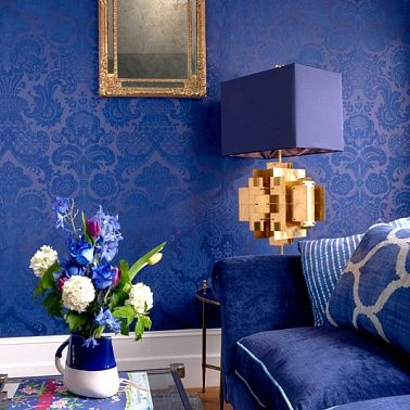 """Дизайн интерьера гостиной """"теплыми"""" на ощупь материалами: флоковые обои, торшер у лампы из льна, плюшевая обивка дивана ..."""