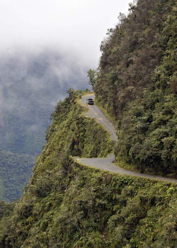 La route des Yungas En empruntant la spectaculaire route des Yungas entre La Paz et la ville de Coroico, le voyageur descend en quelques heures de 2 500 mètres, passant d'un climat de montagne à un climat tropical. Au menu du voyage : précipices, virages raides, revêtement de gravier, brouillard, pluies torrentielles… Sans oublier des camions et des bus chargés au-delà du raisonnable, qui ne peuvent se croiser sur l'unique voie qu'à intervalles incertains, obligeant ...