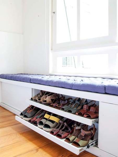 É sempre difícil organizar os sapatos, né? A gente sempre tá comprando um parzinho novo, são peças que duram e ocupam um bom espaço (e se não ficam organizados, a acabam nem sendo usados). O jeito mais legal é ter um espaço dedicado no closet ou armário. A Lia usava uma estante de livros para organizar e depois trocou o móvel por uma duas estantes feitas sob medida, com espaços diferentes por...