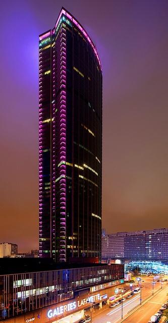 Philips illumine la tour Montparnasse à l'occasion de la journée mondiale contre le cancer du sein ! #Philips illuminated the Montparnasse Tower in Paris for #BCAM