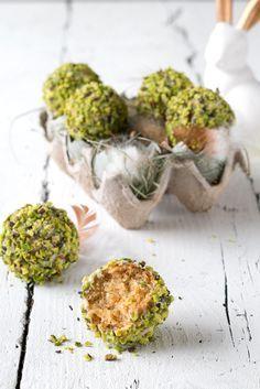 Eierlikör-Kuchen-Pralinen mit weißer Schokolade und Pistazien für Ostern.   Foodlovin.de