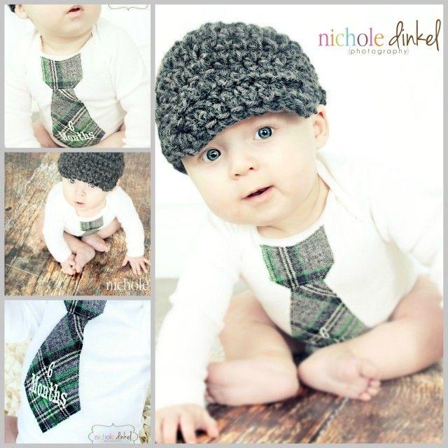 vetements-bebe-garcon-chapeau-tricoté-grenouillère-blanche-cravate-verte