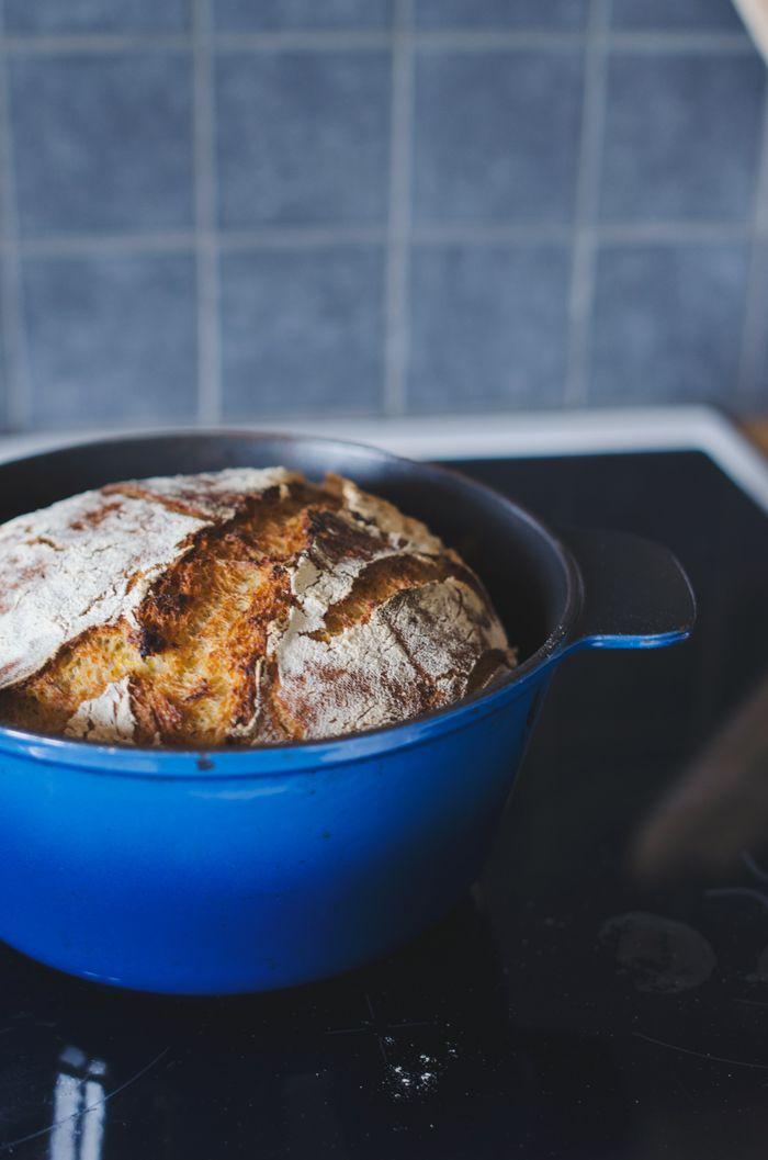 Bröd i gjutjärnsgryta.