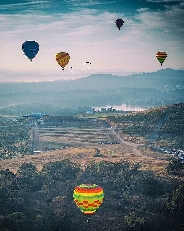 We couldn't resist sharing this #throwback photo of the Canberra Balloon Spectacular taken by Instagrammer @drewhopper while covering the annual balloon festival for @australiangeographic. Balloons are a regular sight over Canberra throughout the year, but for nine days every March the Canberra Balloon Spectacular offers a feast of image opportunities for photographers with shapes and colours filling the sky. You can book a spot on a balloon flight and join the massed early morning balloon…