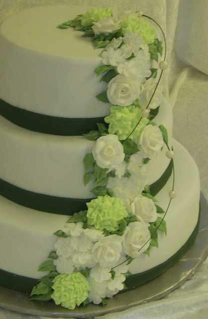 Spritsade nejlikor, rosor och äppelblommor.  Piped flowers on a White cake #spritsadeblommor #spritsa #weddingcake #bröllopstårta #våningstårta #stackedcake