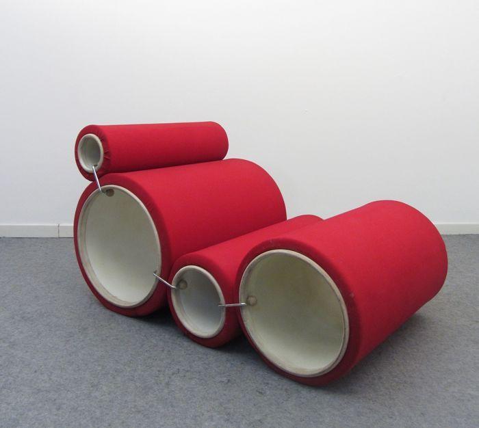 Joe Colombo por Flexform - Tube stoel  Deze buis stoel is één van de meest karakteristieke voorbeelden van Joe Colombo de conceptuele reflectie over de dynamiek de wijziging en de mobiliteit die het meubilair van de toekomst zou moeten volgens zijn visie hebben. Dit ontwerp bestaat uit 4 buizen van verschillende grootte gemaakt van semi-rigide kunststof en bekleed met een synthetisch weefsel. De vier buizen kunnen worden samengevoegd in verschillende combinaties met 6 nietjes van staal en…