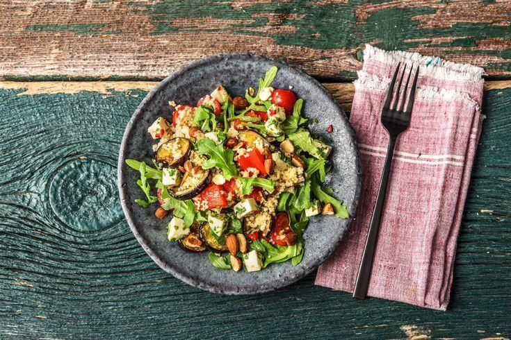 Couscous ist ein traditioneller Bestandteil der arabischen Küche. Er wird aus Hartweizen hergestellt, der befeuchtet und zu kleinsten Kügelchen gerieben wird. Wenn Du genau hinschaust, kannst Du diese kleinen Bällchen erkennen.