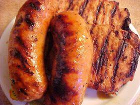 la table en fête : Saucisses italiennes et côtelettes de porc marinées à la bière et au sirop d'érable sur bbq