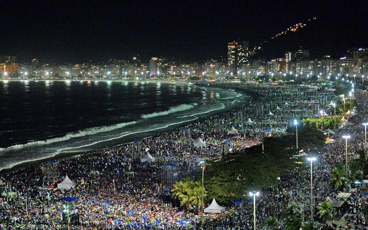 27/7 - subasta Multitud playa de Copacabana en la noche