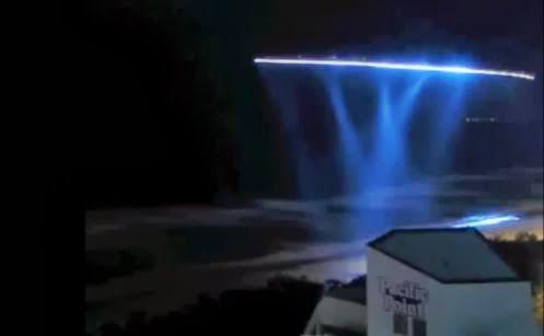 Os supostos OVNIS foram capturados por uma webcam que registrou em tempo real várias luzes misteriosas em uma na Praia de Surfers Paradise, Austrália. Surfers Paradise é o principal subúrbio, prai...