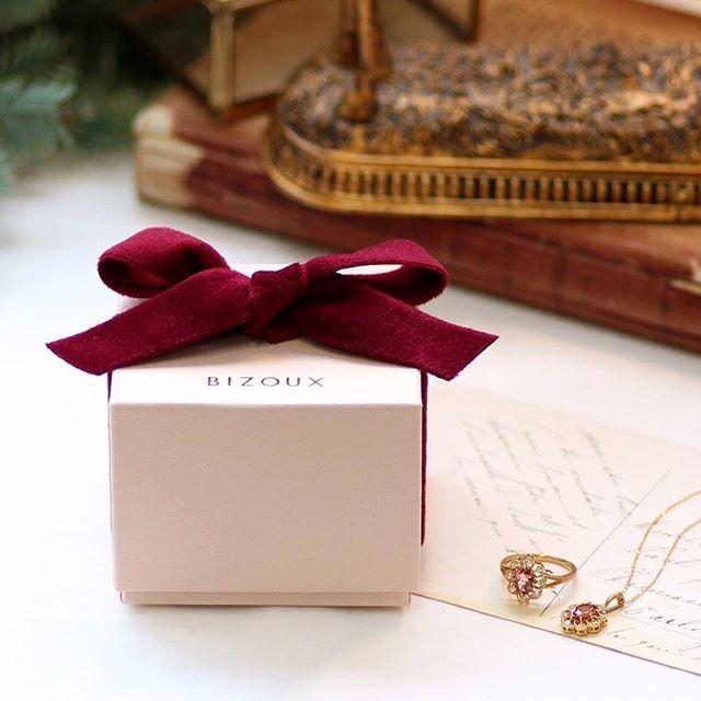 bizoux_jewelry on Instagram pinned by myThings プレゼントと一緒に あたたかな想いも届くように… 手にした瞬間「ぬくもり」を感じる、クリスマスの限定ラッピング。赤いベロアのリボンをかけてお渡しいたします。 ・ クリスマスラッピング期間 : 11月〜12月25日お渡し分まで ・ ・ @bizoux_jewelry  #ダイヤモンド ・ #bizoux #ビズー #jewelry #fashion #birthstone #ring #リング #指輪 #christmas #クリスマス #ラッピング #誕生石 #自由が丘 #銀座 #新宿 #心斎橋 #