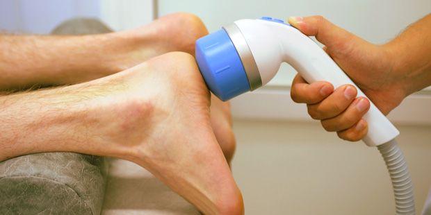 Plötzlich ist da ein stechender Schmerz unter der Ferse. Die Ursache ist meist ein Fersensporn. 9 Tipps für eine erfolgreiche Behandlung.